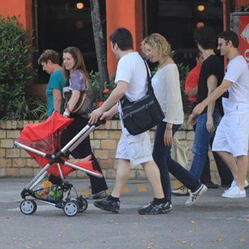 Marília Gabriela passeia em família com Valentina em um carrinho Zapp Xtra | BBtrends
