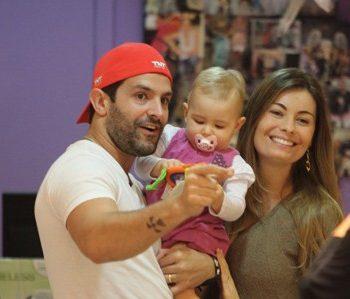 Iran Malfitano passeia com a família e escolhe carrinho para sua filha.