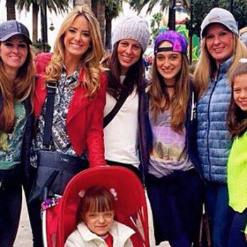 Ticiane Pinheiro de férias com toda sua família. Rafa descansa das caminhadas no seu Quinny Zapp