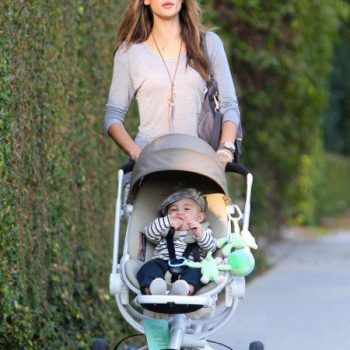 Alessandra Ambrosio passeia com seu bebê em um carrinho Quinny Moodd