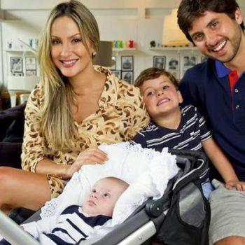 Claudia Leitte posa com a família, com o caçula no seu carrinho Quinny Buzz
