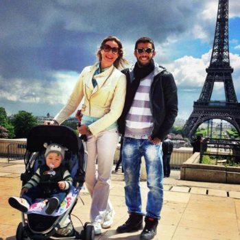 Luana Piovanni passeia com a família em Paris com Dom em seu carrinho Zapp