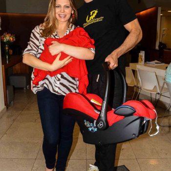 Sheila Mello e Fernando Scherer saem da maternidade com Brenda, e logo a colocam em seu bebê-conforto Maxi-Cosi